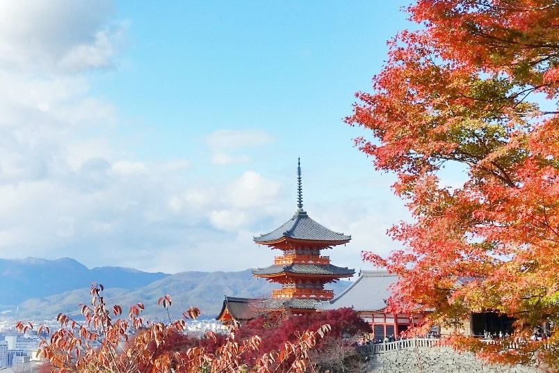 Autumn in Kyoto Japan. Best places to visit in Kyoto for fall foliage colors. Kiyomizu-dera Temple. October, November, December. koyo momiji photos spots. red orange yellow. Kyoto Japan travel blog